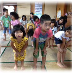 ダンスをする子供たちの写真