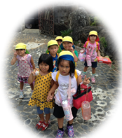 登園する子供たちの写真