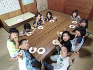 おやつを食べる子供たちの写真