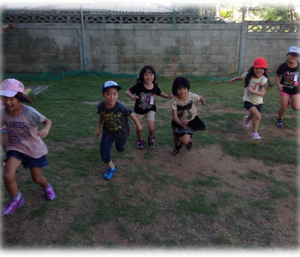 走りだす子供たちの写真
