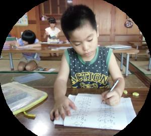 宿題をする子供の写真