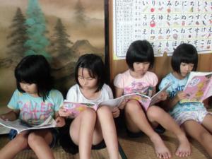 本を読む子供たちの写真