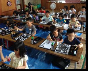 書道をする子供たちの写真